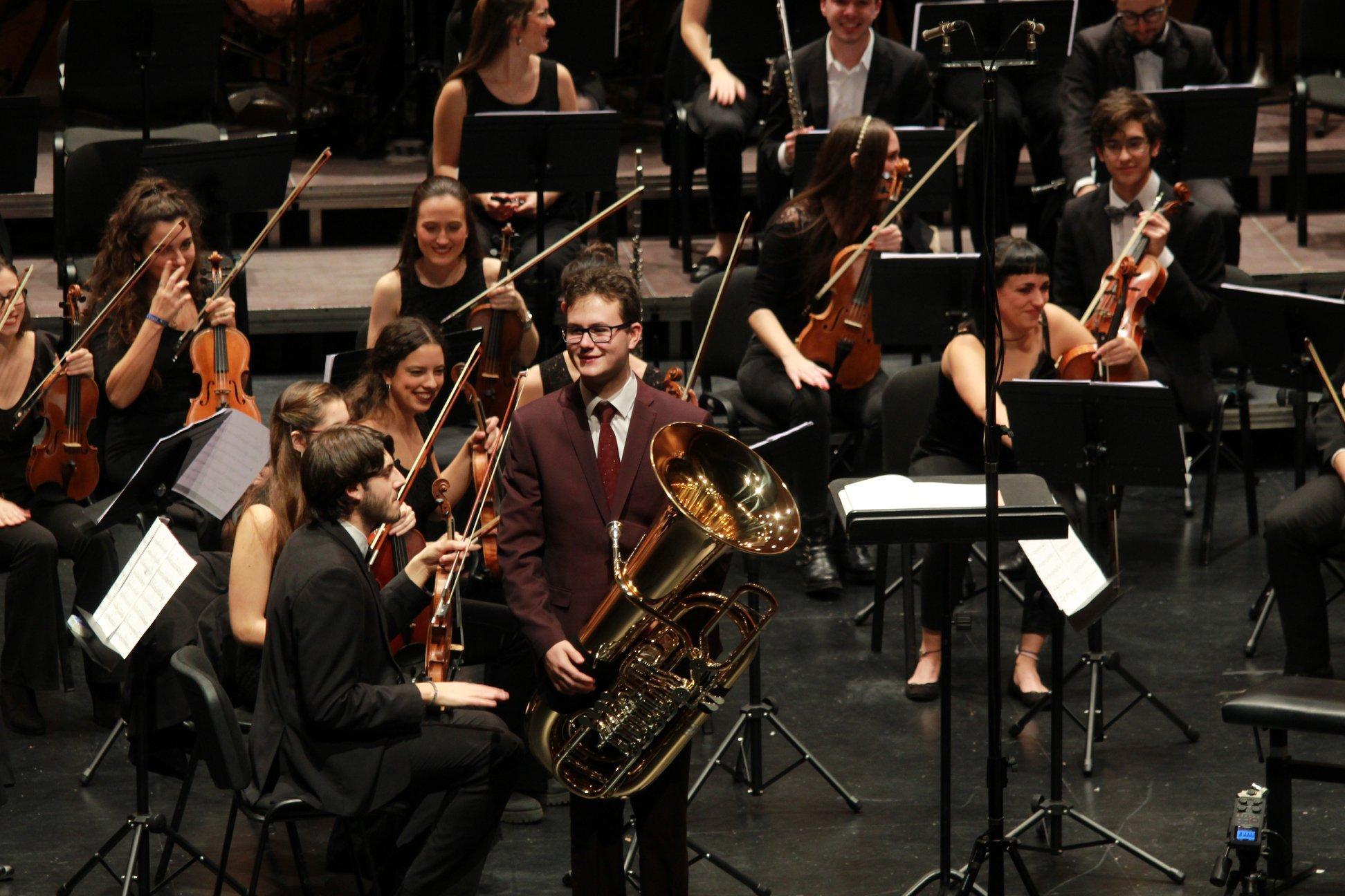 Daniel Cabero durante la interpretación del Concierto para Tuba y Orquesta de R. V. Williams